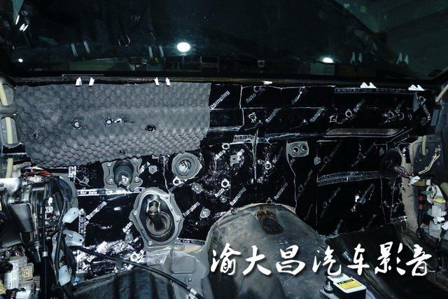 汽车发动机舱内噪声很容易通过仪表台传入车厢内部,加大车厢内噪声。加上仪表台位置涉及的线路十分复杂,安全起见,建议由专业的店家执行。渝大昌的技师将仪表台的饰件拆除,整理好线路,做好清洁后,使用安博士黑玉+GT太空记忆棉对仪表台做双层隔音处理,保证每一块隔音材料都能与钣金紧密贴合,充分发挥隔音效果。除此之外,仪表台的复原同样考验店家的专业水平,渝大昌将皇冠的仪表台及全车内饰复原后,几乎看不出任何的变化。